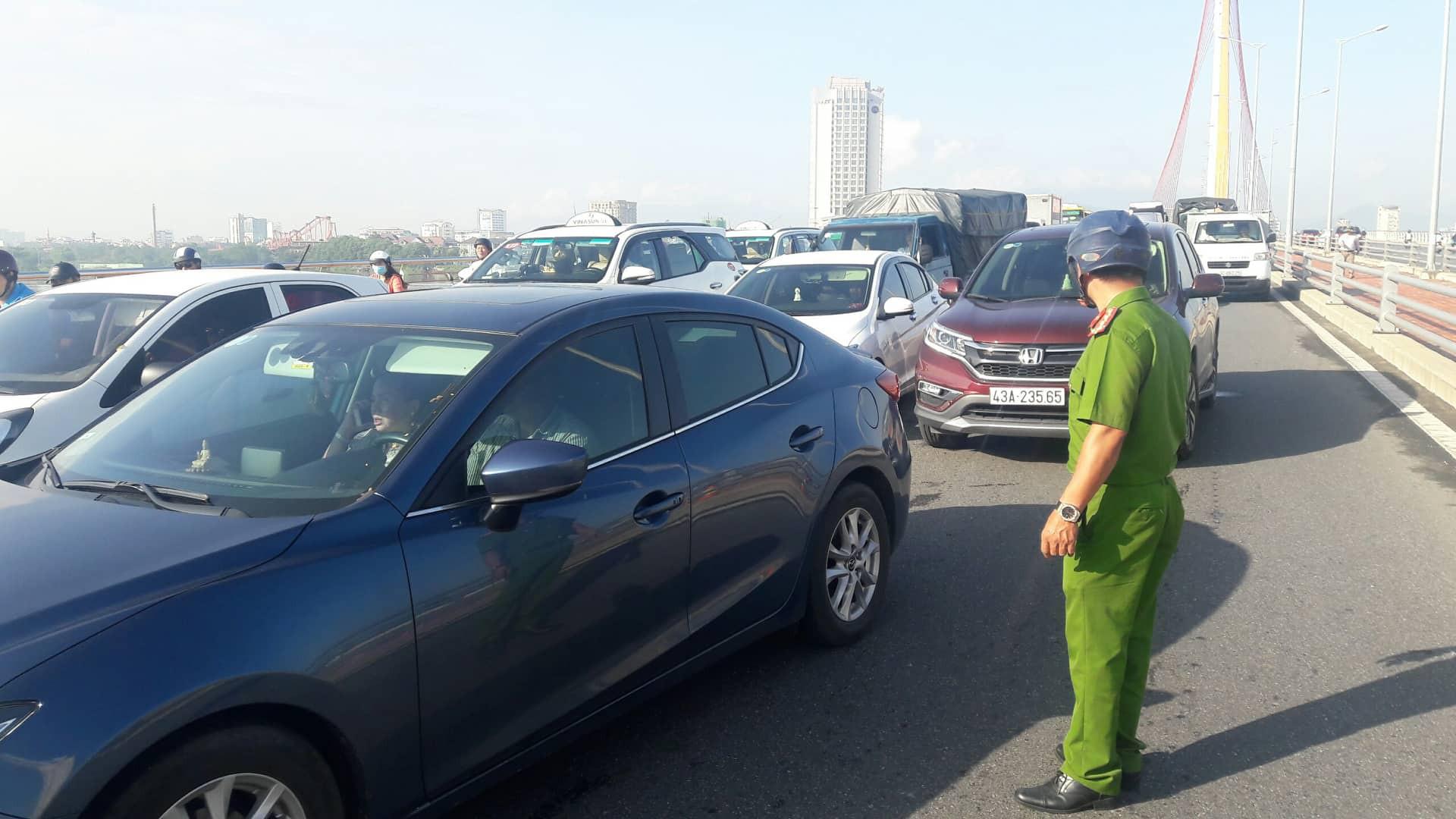 Đà Nẵng: Xe tải lật giữa cầu, giao thông ách tắc nghiêm trọng giờ cao điểm - Ảnh 3.