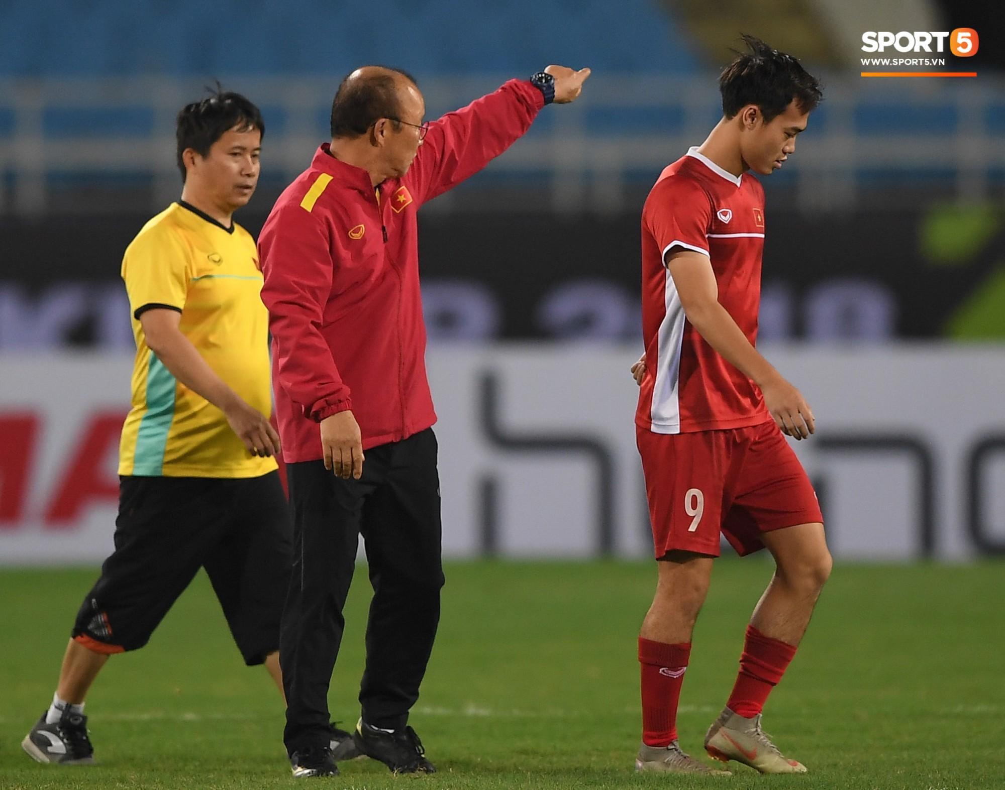 Sau đó, ông yêu cầu anh ra một góc sân để tập luyện riêng với bác sỹ của đội.