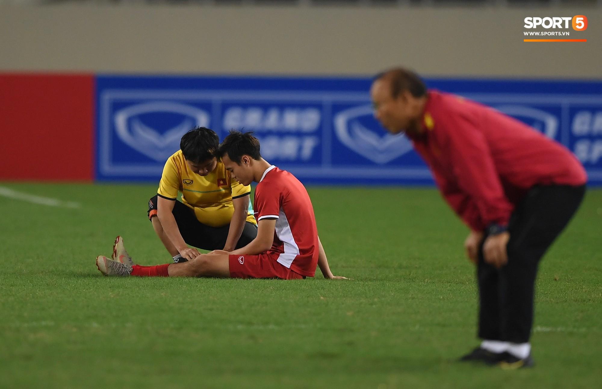 Bác sỹ Nguyễn Anh Tuấn vừa tập luyện, vừa trò chuyện và thỉnh thoảng kiểm tra đầu gối của Toàn.