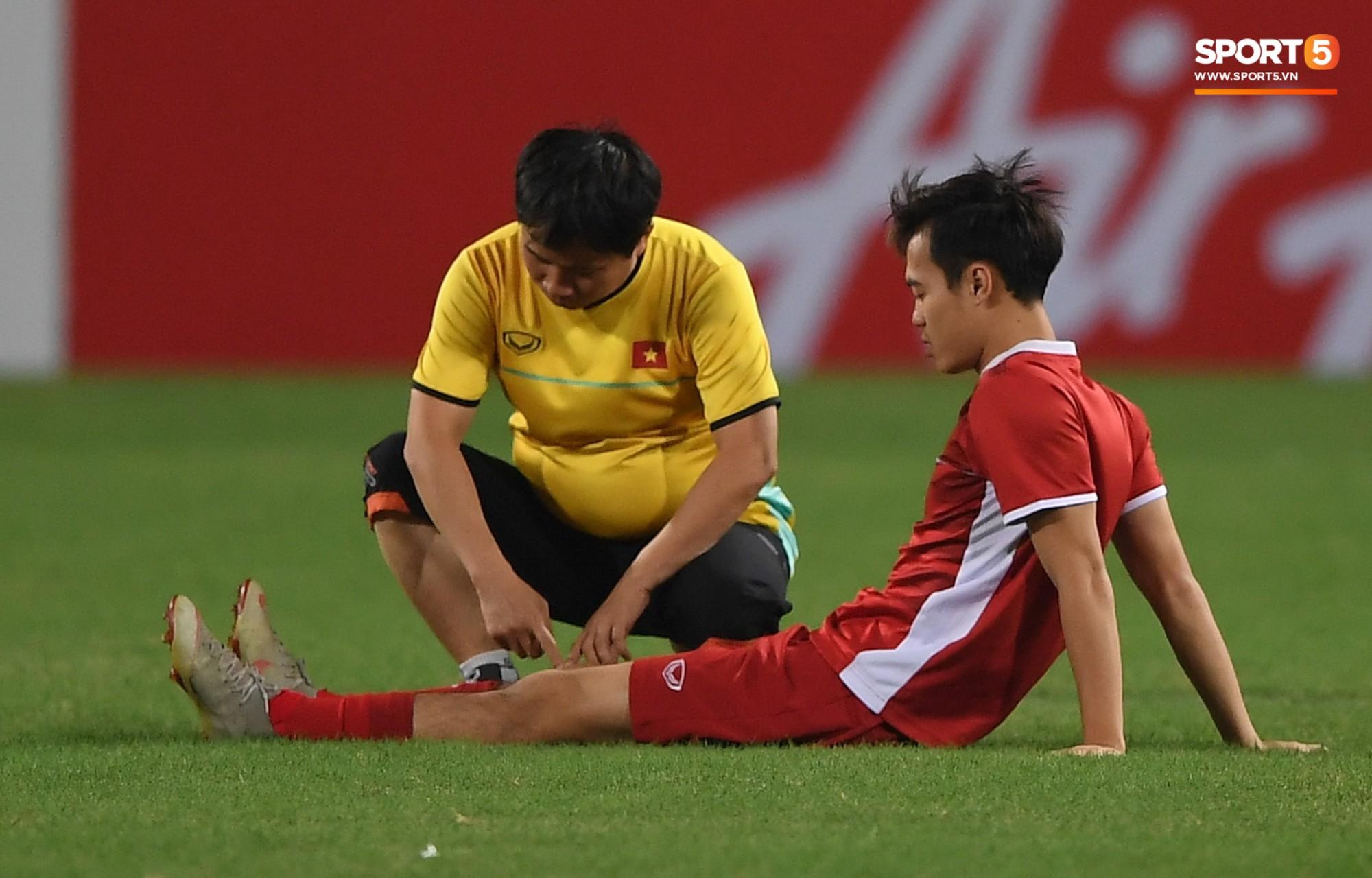 Văn Toàn sẽ không thể tham dự trận bán kết lượt về với Philippines vào tối mai (6/12). Anh chỉ có thể trở lại sớm nhất ở trận chung kết nếu Việt Nam giành quyền tham dự.