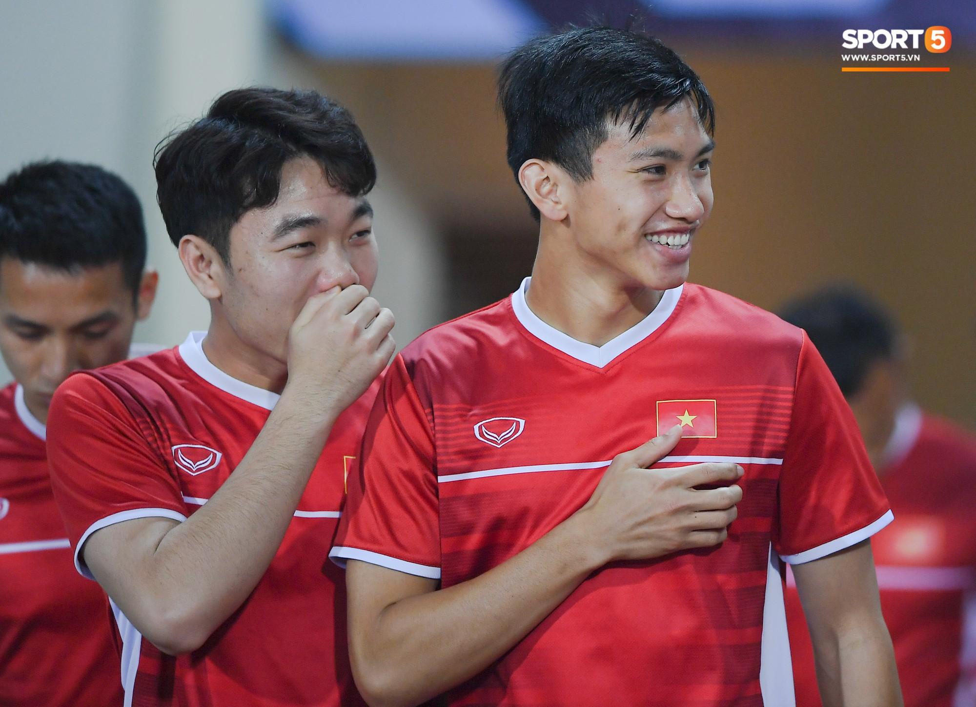 Không chỉ Văn Toàn vui vẻ, các tuyển thủ khác như Xuân Trường, Văn Hậu cũng thoải mái tươi cười trong buổi tập.