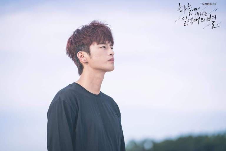 """Nhìn xem phim Hàn 2018 đã cho """"ra mắt chị em"""" bao nhiêu chàng bạn trai trong mơ! - Ảnh 18."""
