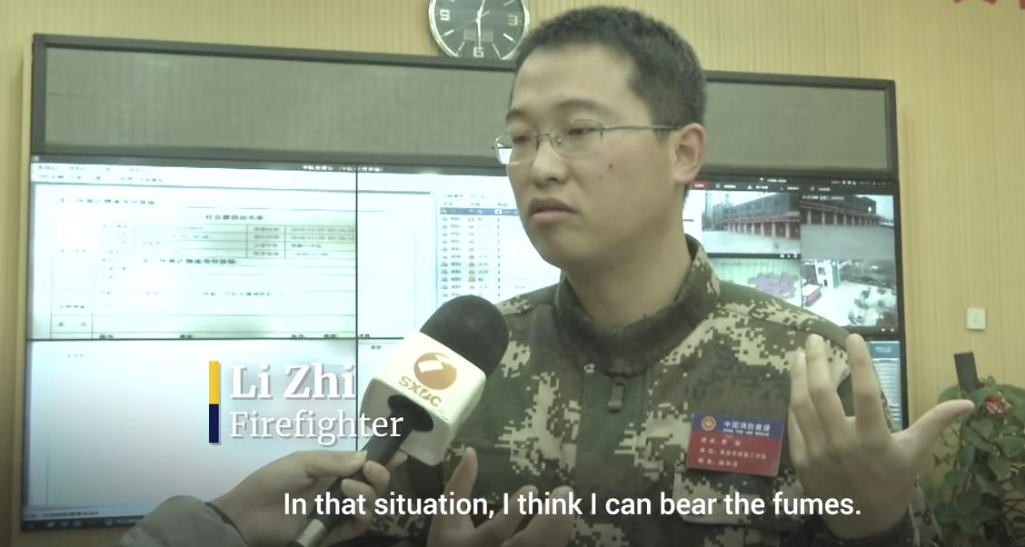 Trung Quốc: Người lính cứu hỏa nhường mặt nạ chống độc cho em bé khiến cư dân mạng cảm động - Ảnh 1.