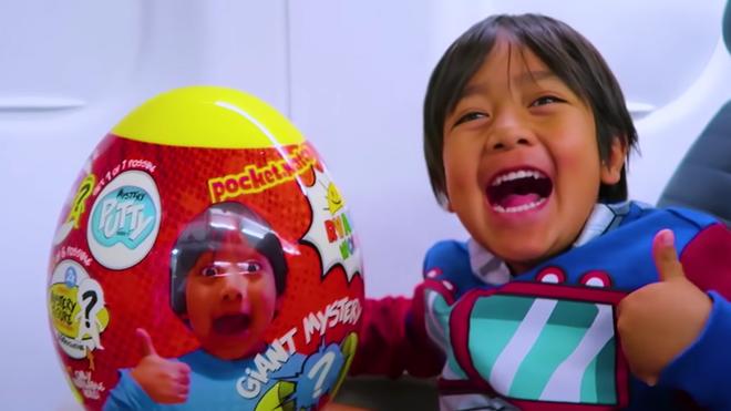 Đem về 22 triệu USD, người kiếm tiền giỏi nhất trên Youtube năm 2018 là một cậu bé 7 tuổi chuyên review đồ chơi - Ảnh 2.