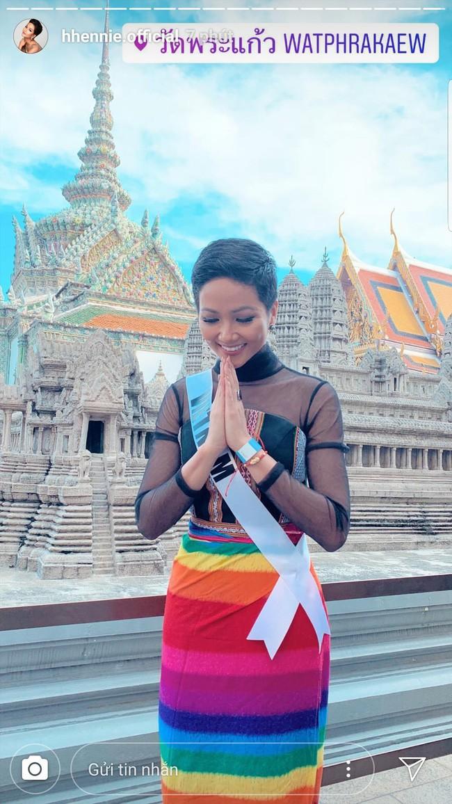 Hoa hậu HHen Niê một mình một chiến tuyến với kiểu đầm lấp lánh hết phần thiên hạ - Ảnh 1.