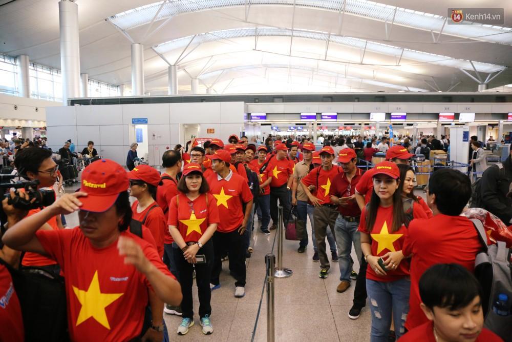 Vietnam Airlines tăng gần 1.800 chỗ đường bay TP.HCM - Hà Nội phục vụ người hâm mộ xem đội tuyển Việt Nam đá trận Bán kết lượt về - Ảnh 1.