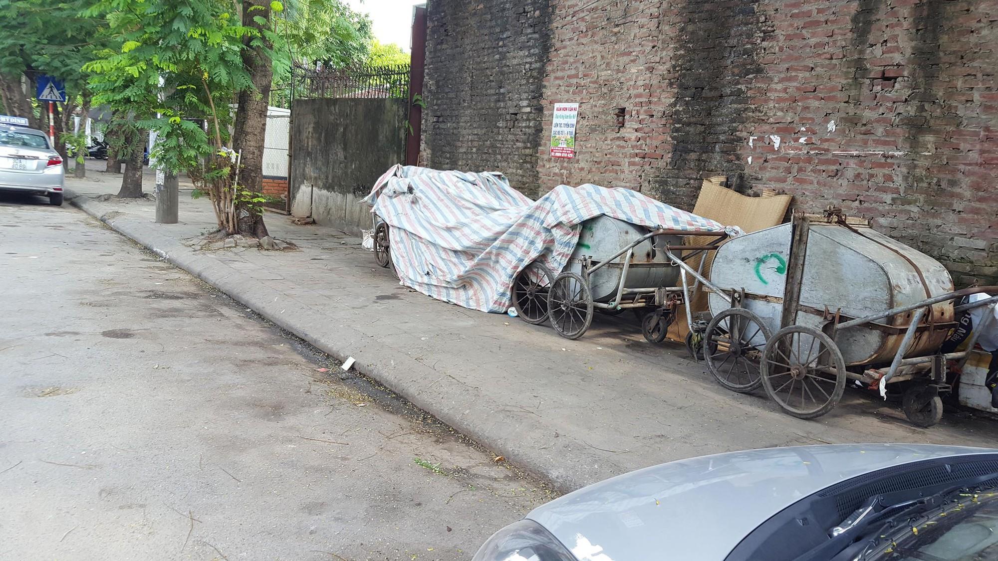 Hà Nội: Bé trai kháu khỉnh bị người thân bỏ quên trên thùng rác giữa phố - Ảnh 2.