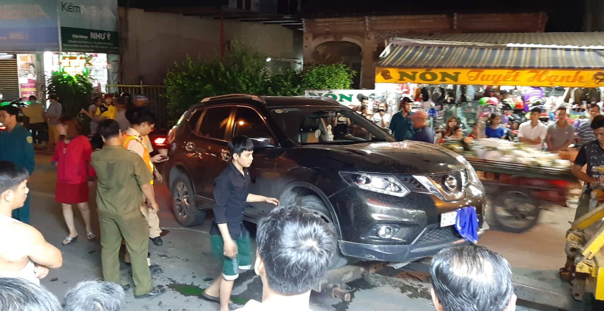 TP.HCM: Ô tô điên cuốn hàng loạt xe máy vào gầm, 4 người bị thương trong đó có trẻ em - Ảnh 1.