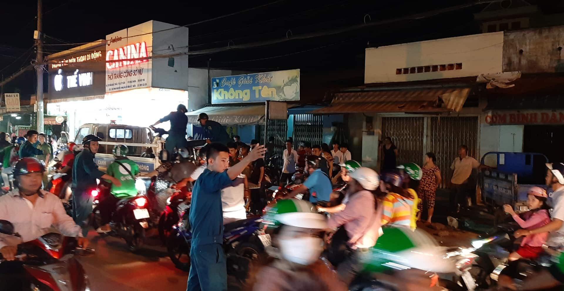TP.HCM: Ô tô điên cuốn hàng loạt xe máy vào gầm, 4 người bị thương trong đó có trẻ em - Ảnh 2.