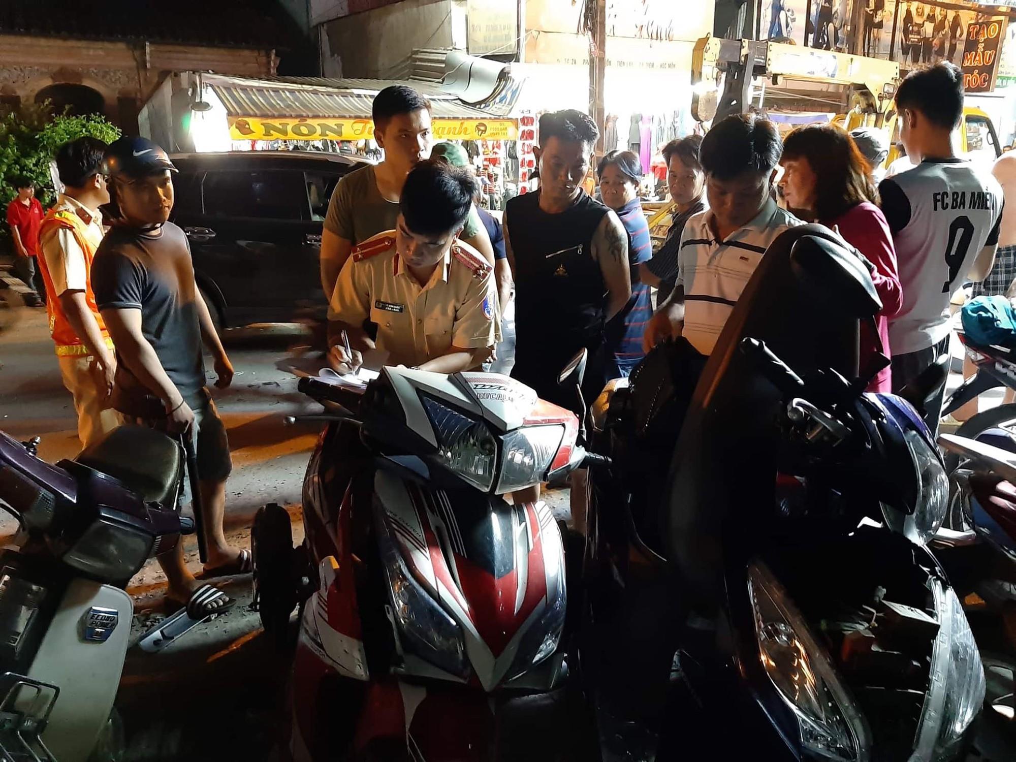 TP.HCM: Ô tô điên cuốn hàng loạt xe máy vào gầm, 4 người bị thương trong đó có trẻ em - Ảnh 4.