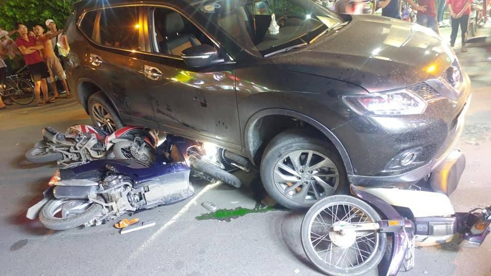 TP.HCM: Ô tô điên cuốn hàng loạt xe máy vào gầm, 4 người bị thương trong đó có trẻ em - Ảnh 3.