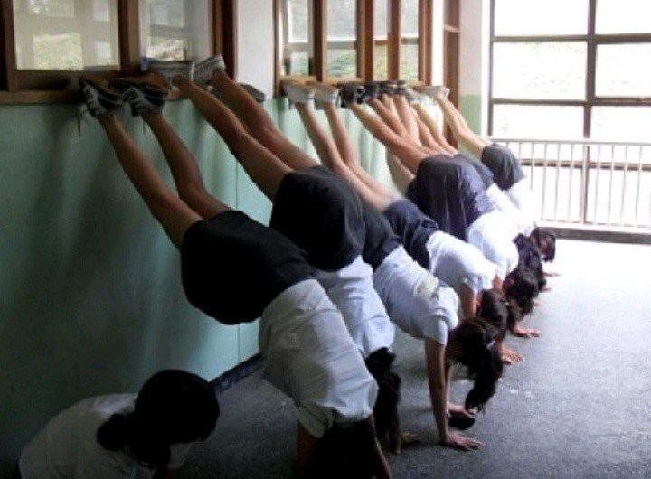 Những hình phạt bị nhiều người lên án tại các trường học trên khắp thế giới - Ảnh 4.