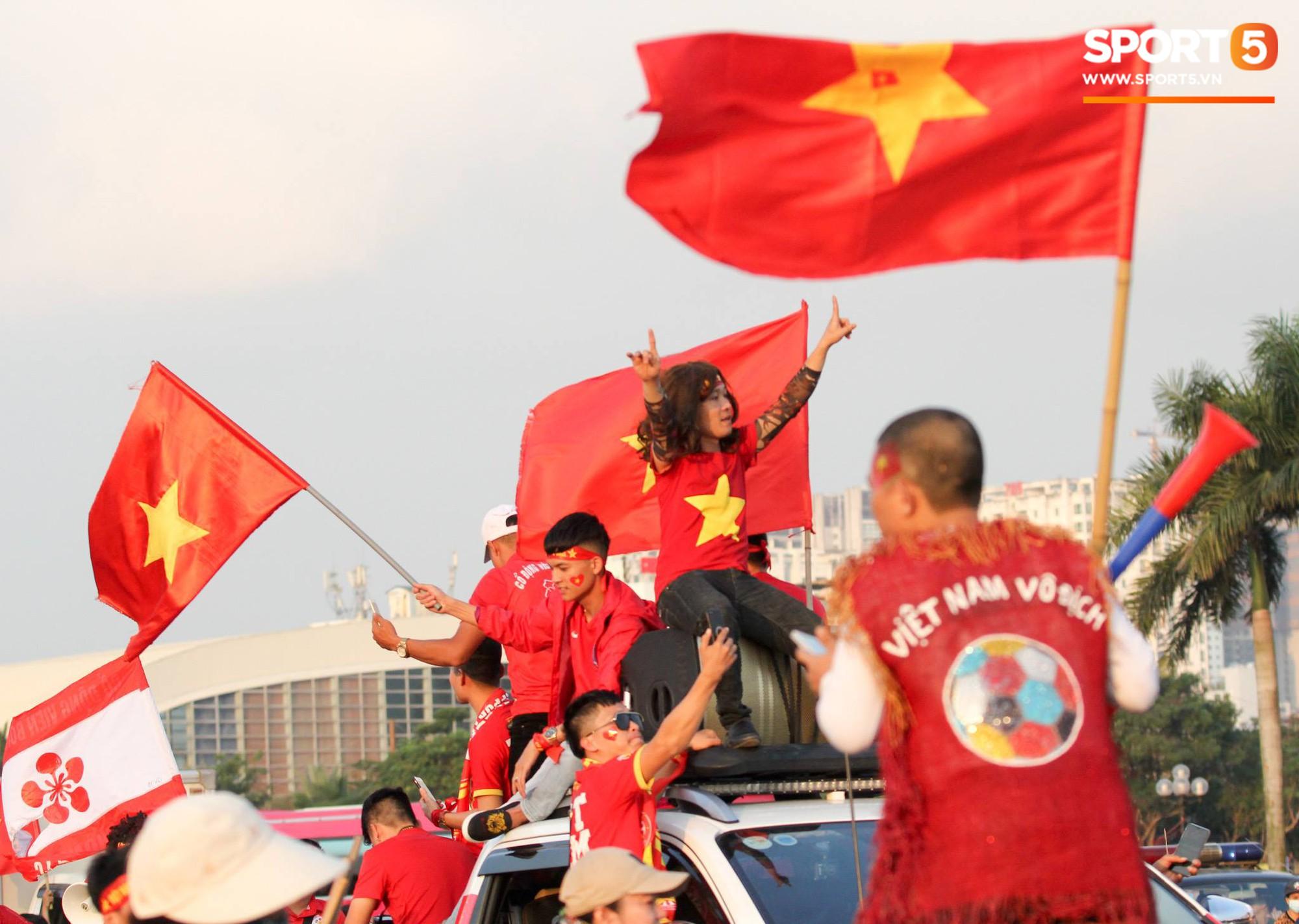 Cổ động viên đốt pháo sáng đỏ rực trời trước giờ xung trận của đội tuyển Việt Nam - Ảnh 3.