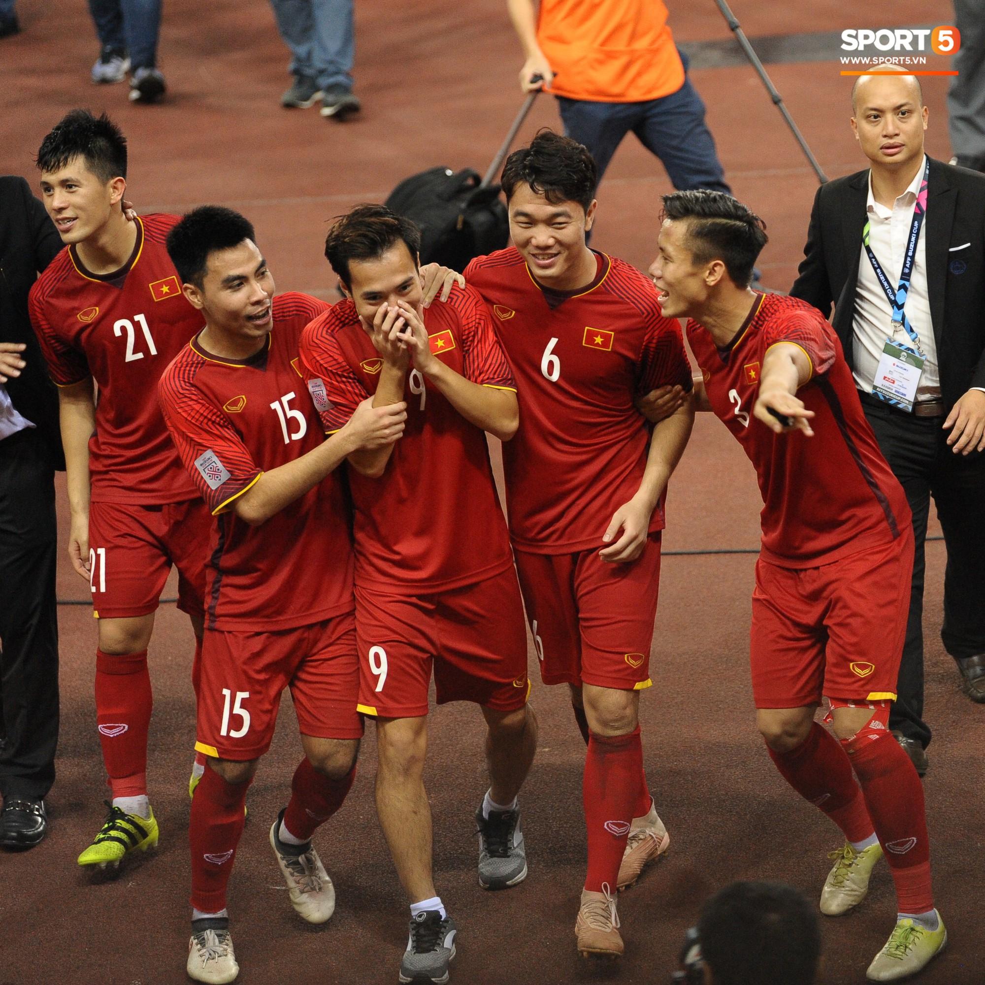 Xuân Trường, Văn Toàn check-in cực nhắng cùng hội anh em cây khế sau trận thắng Philippines - Ảnh 3.