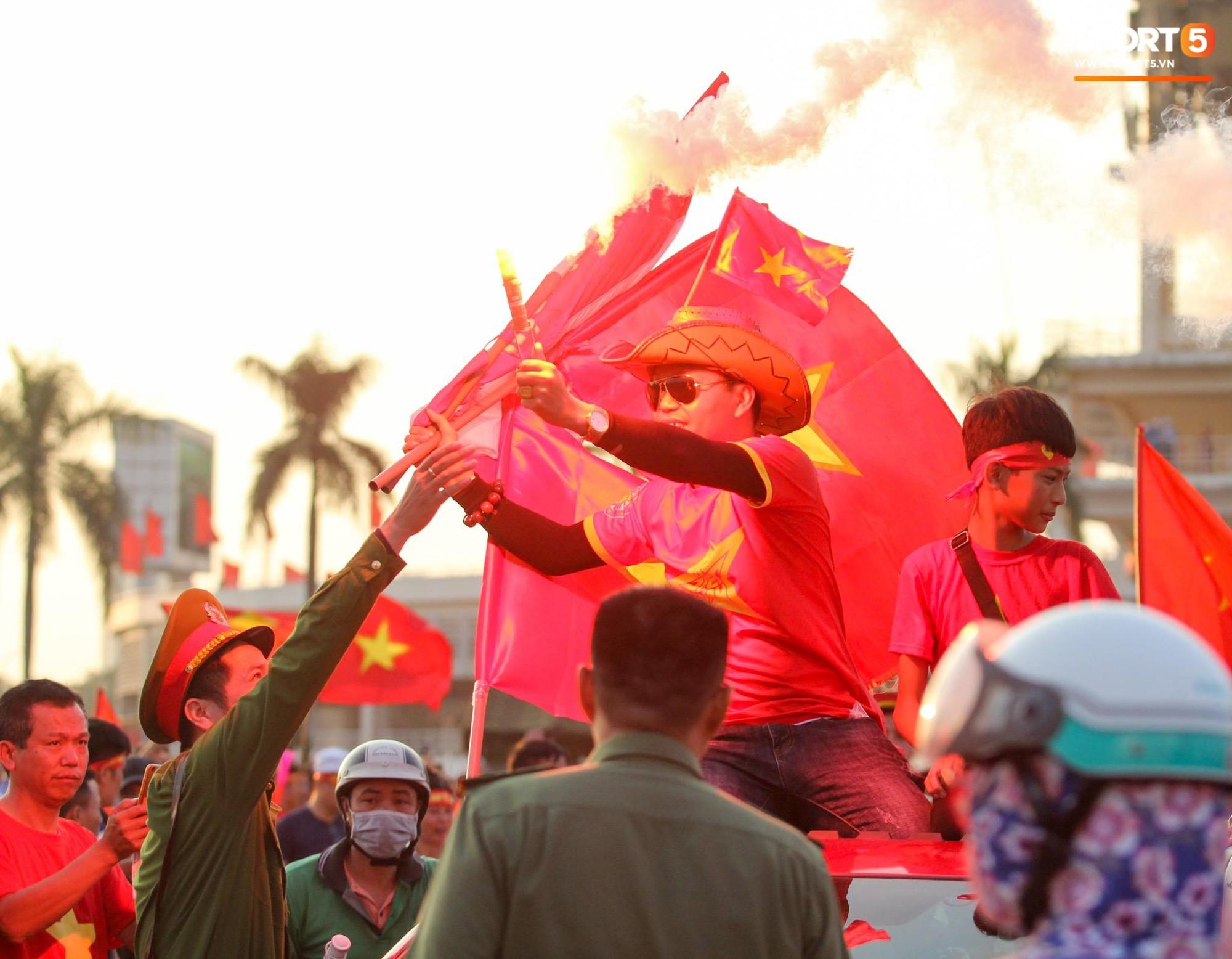 Cổ động viên đốt pháo sáng đỏ rực trời trước giờ xung trận của đội tuyển Việt Nam - Ảnh 4.