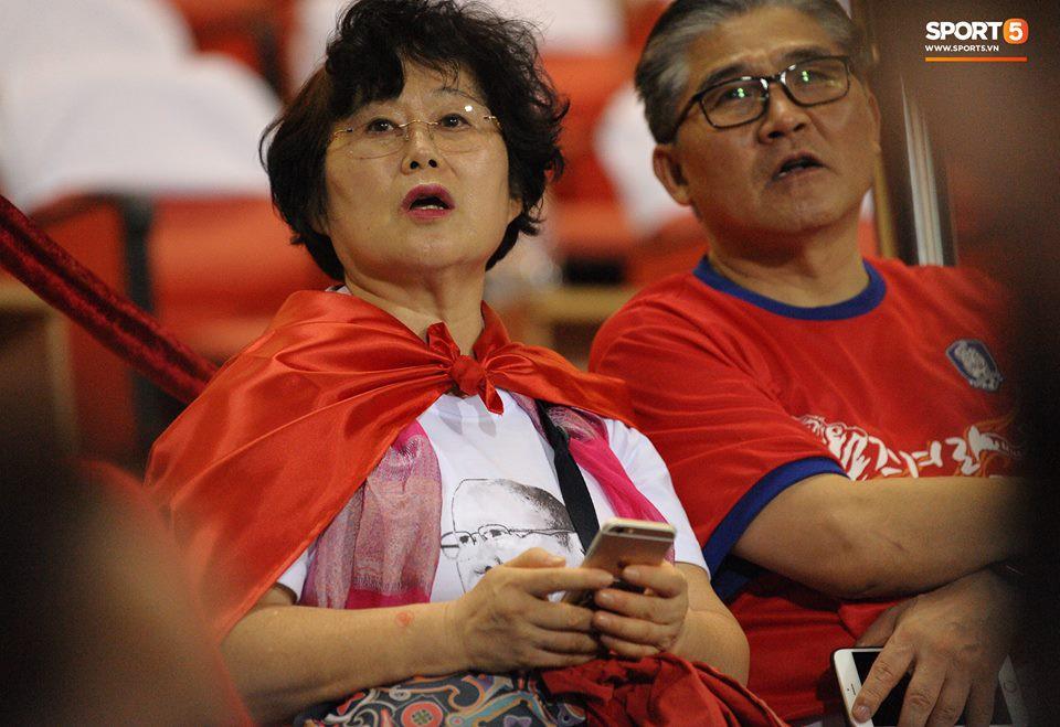 Vợ HLV Park Hang-seo, người yêu cầu thủ Duy Mạnh, Văn Đức nổi bật trên khán đài trận bán kết kịch tính - Ảnh 1.