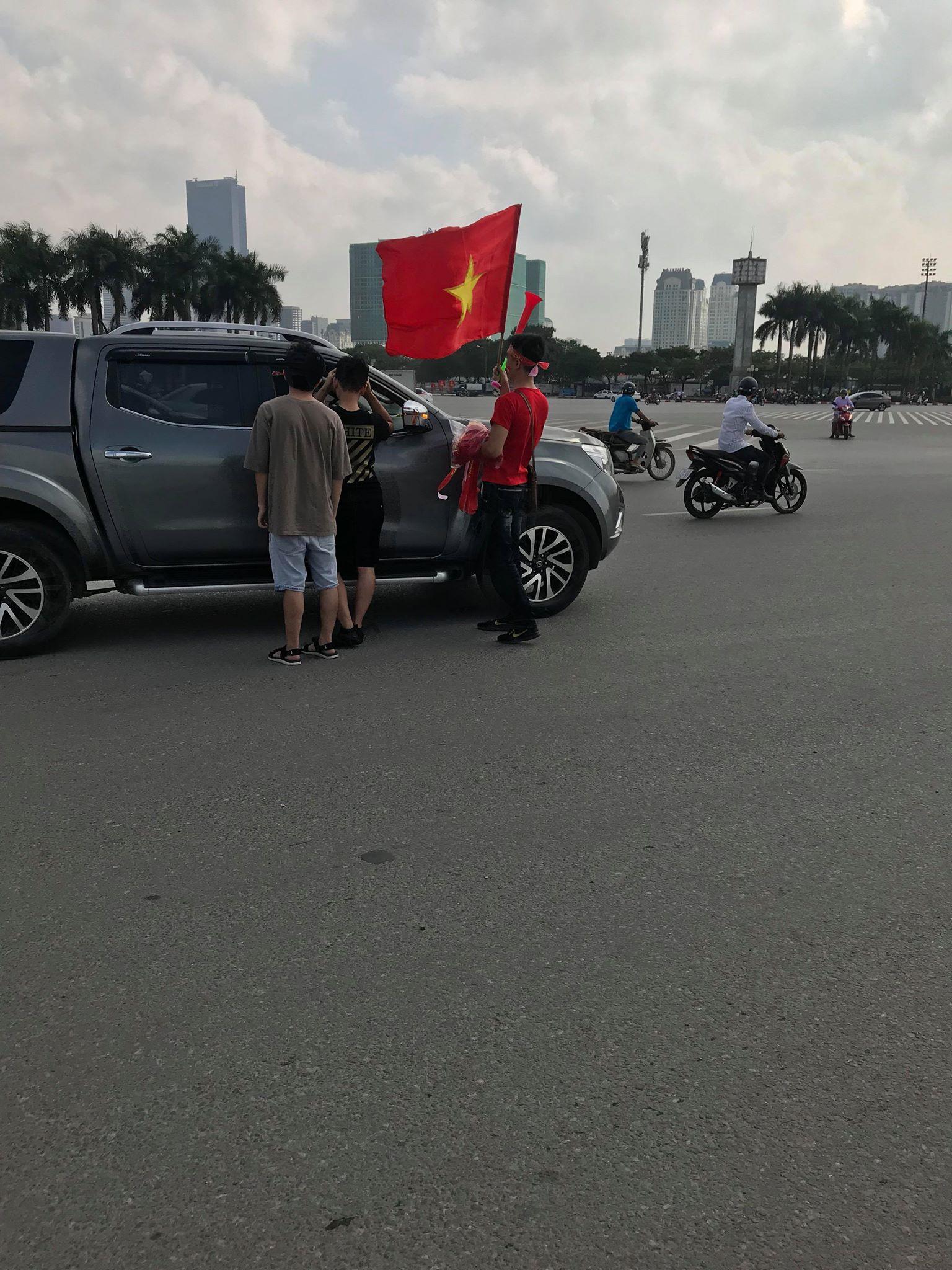 Hà Nội: Các cầu thủ mới chuẩn bị ăn bữa chiều mà CĐV đã tranh thủ ra đường đi bão trước cho có không khí - Ảnh 8.