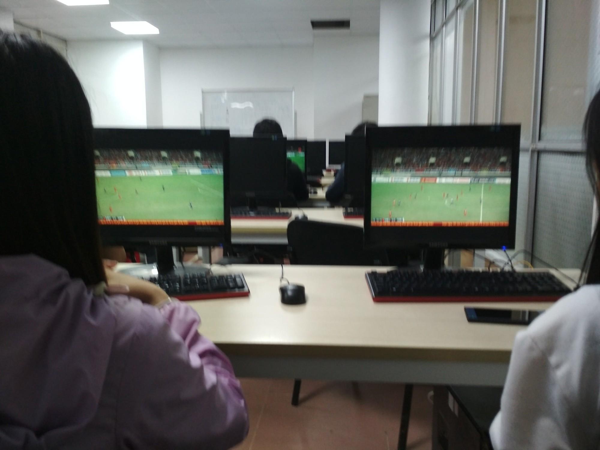 Bức ảnh chứng minh tình yêu bóng đá bất diệt của người Việt: Đi học nhưng Quang Hải, Công Phượng đá hay quá phải lén xem ủng hộ - Ảnh 2.