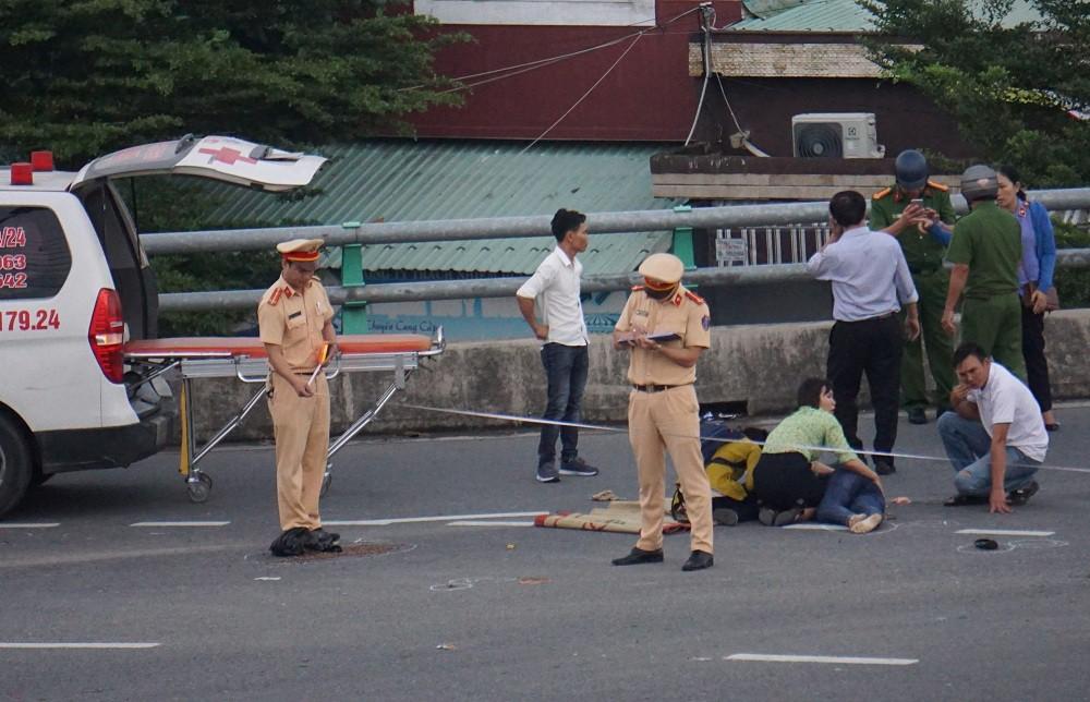 Người thân khóc ngất bên thi thể người phụ nữ chết thảm dưới gầm xe tải ở Đà Nẵng - Ảnh 1.