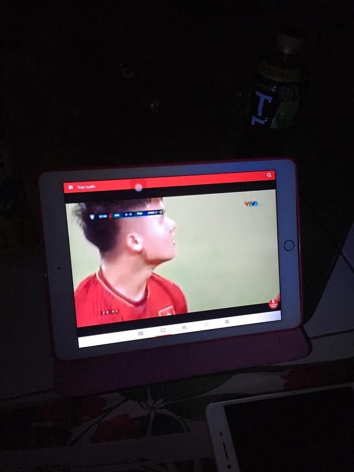 Bức ảnh chứng minh tình yêu bóng đá bất diệt của người Việt: Đi học nhưng Quang Hải, Công Phượng đá hay quá phải lén xem ủng hộ - Ảnh 4.