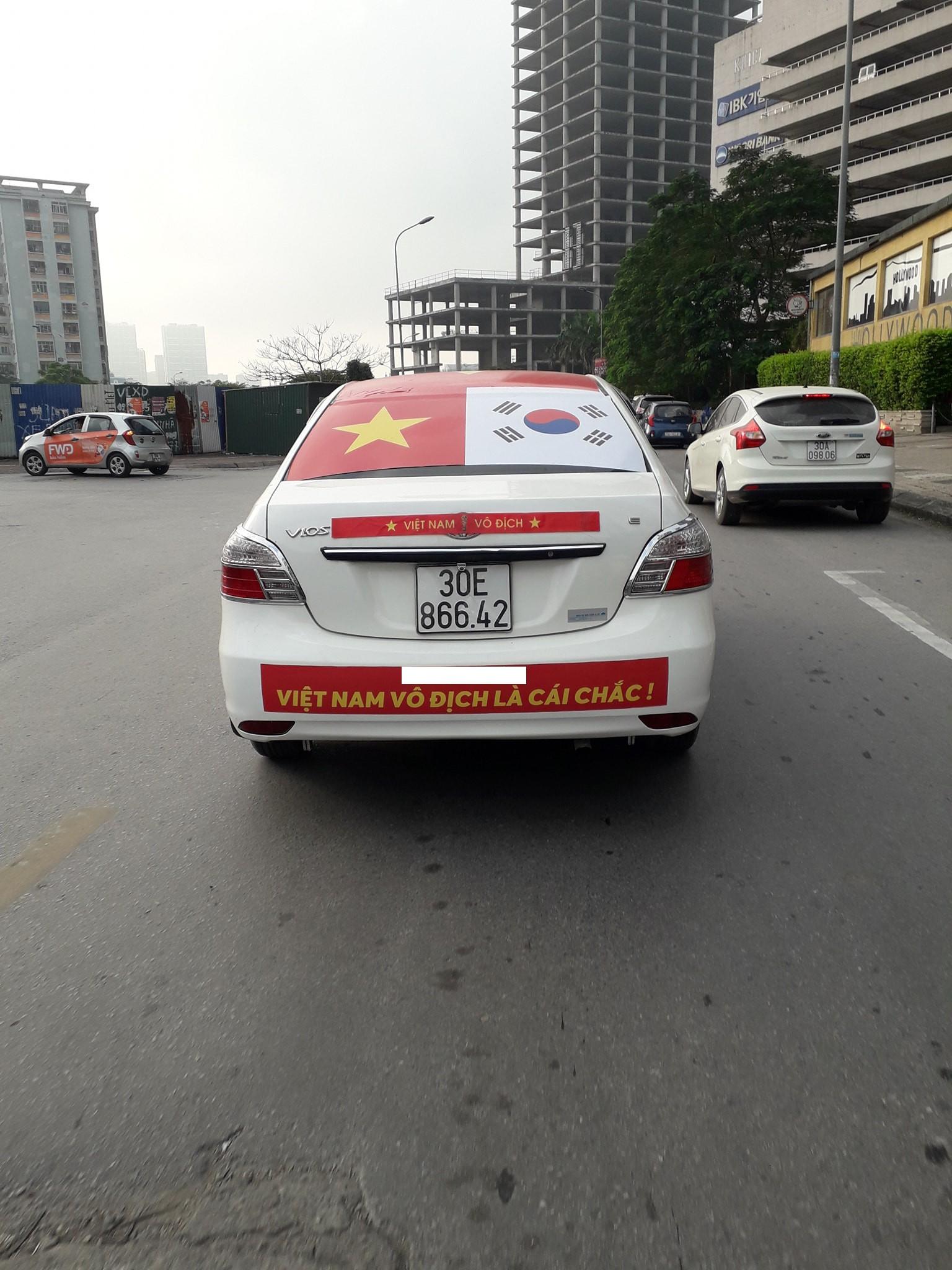 Muôn kiểu trang trí xe chất như nước cất trước trận bán kết Việt Nam đấu Philippines - Ảnh 3.