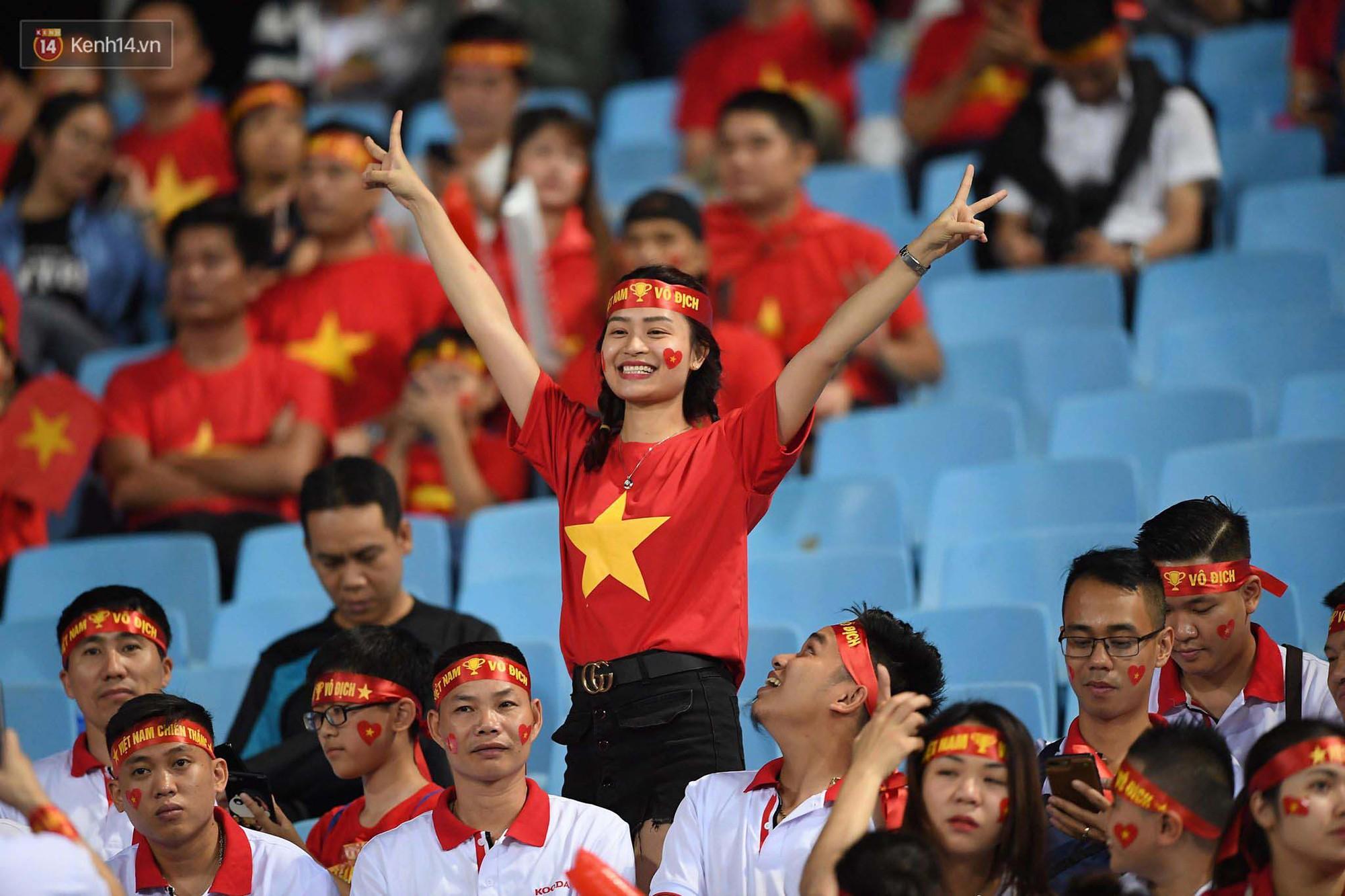 Loạt fan girl xinh xắn chiếm sóng tại Mỹ Đình trước trận bán kết Việt Nam - Philippines - Ảnh 12.
