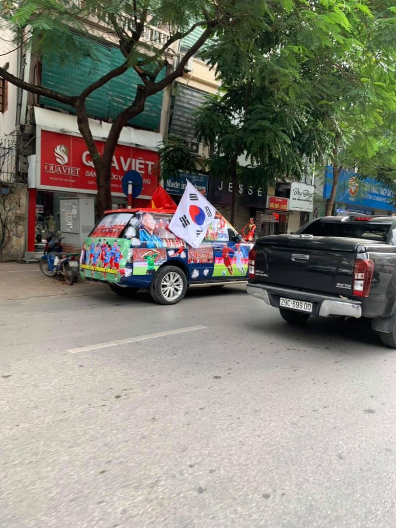 Muôn kiểu trang trí xe chất như nước cất trước trận bán kết Việt Nam đấu Philippines - Ảnh 1.
