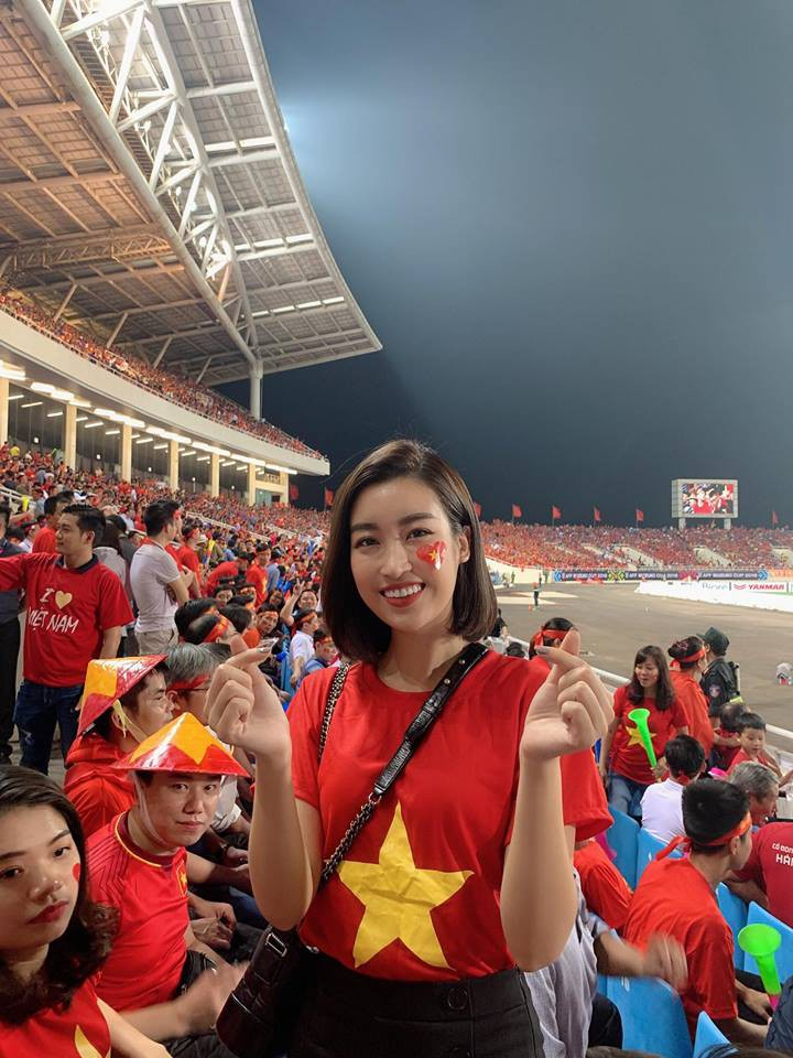 Cường Đô La dắt tay bạn gái ra Hà Nội, hòa cùng dàn mỹ nhân Vbiz lên sân Mỹ Đình cổ vũ bóng đá - Ảnh 3.