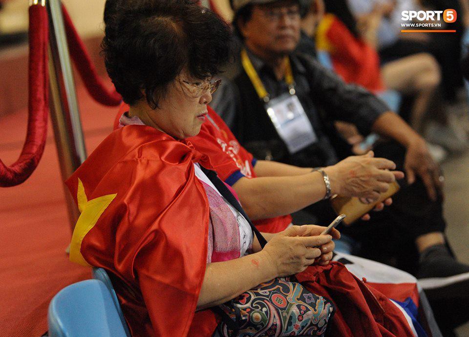 Vợ HLV Park Hang-seo, người yêu cầu thủ Duy Mạnh, Văn Đức nổi bật trên khán đài trận bán kết kịch tính - Ảnh 2.