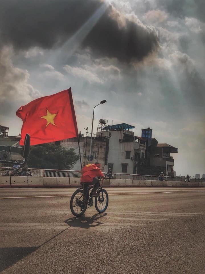 Muôn kiểu trang trí xe chất như nước cất trước trận bán kết Việt Nam đấu Philippines - Ảnh 6.
