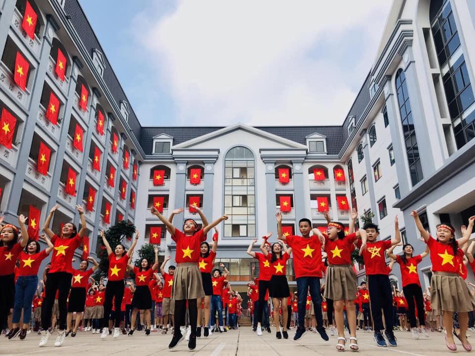 Hàng nghìn học sinh nhảy Flashmob trên nhạc của Sơn Tùng MTP cổ vũ đội tuyển Việt Nam tại AFF CUP 2018 - Ảnh 2.