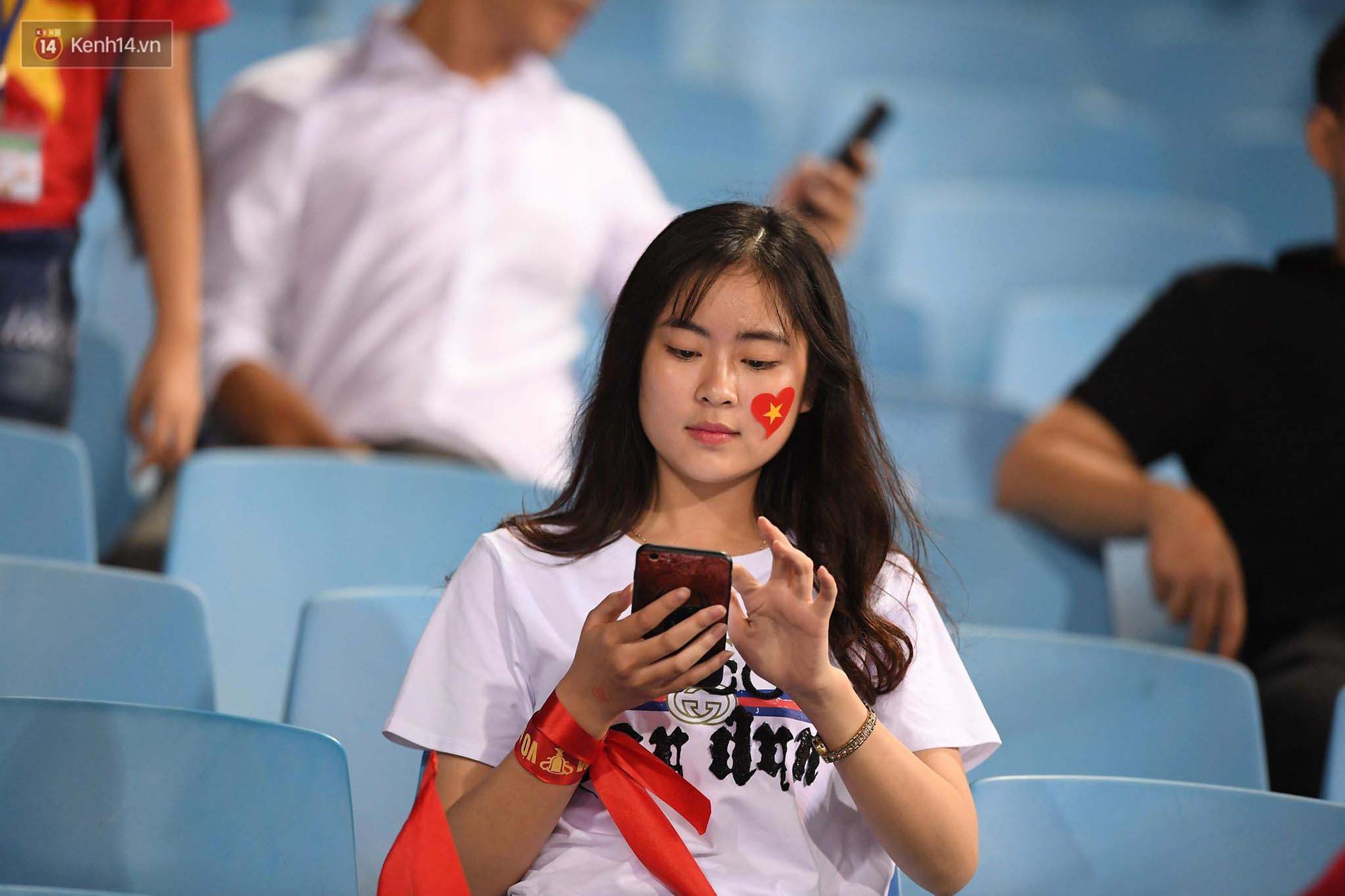 Loạt fan girl xinh xắn chiếm sóng tại Mỹ Đình trước trận bán kết Việt Nam - Philippines - Ảnh 13.