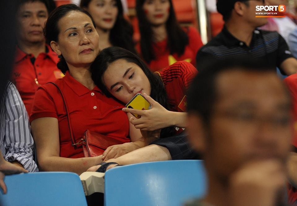 Người yêu cầu thủ Duy Mạnh, bạn gái tin đồn của Văn Đức nổi bật trên khán đài trận bán kết kịch tính - Ảnh 3.