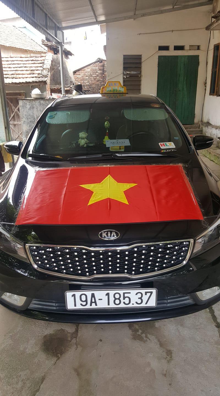 Muôn kiểu trang trí xe chất như nước cất trước trận bán kết Việt Nam đấu Philippines - Ảnh 5.