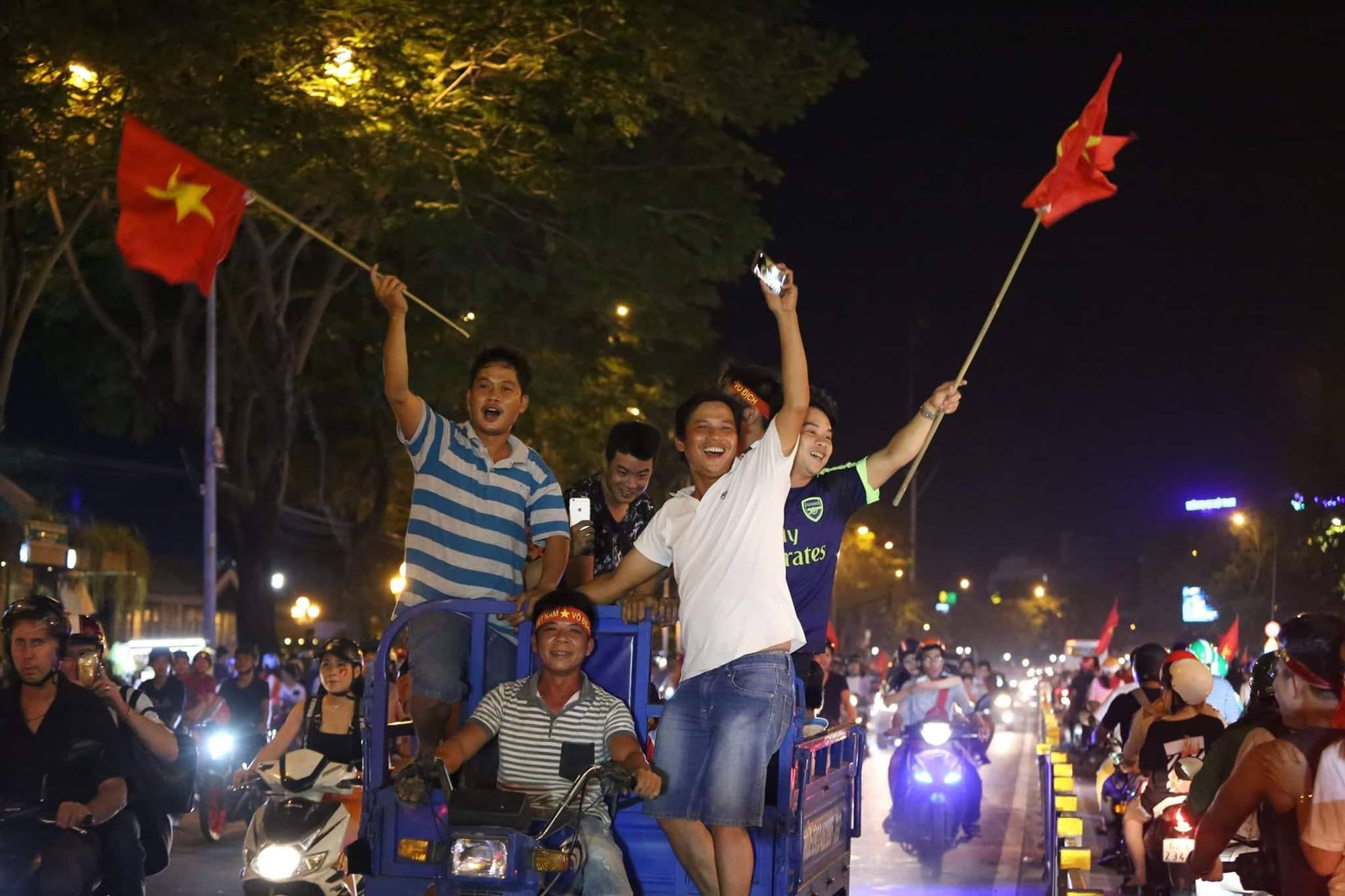 Những hình ảnh giản dị mà hài hước của CĐV Việt Nam trong không khí tưng bừng mừng chiến thắng - Ảnh 3.