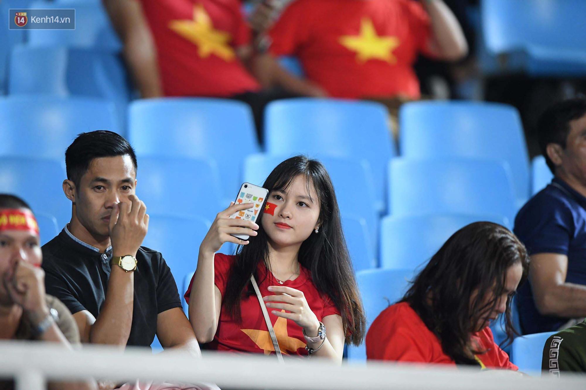 Loạt fan girl xinh xắn chiếm sóng tại Mỹ Đình trước trận bán kết Việt Nam - Philippines - Ảnh 16.