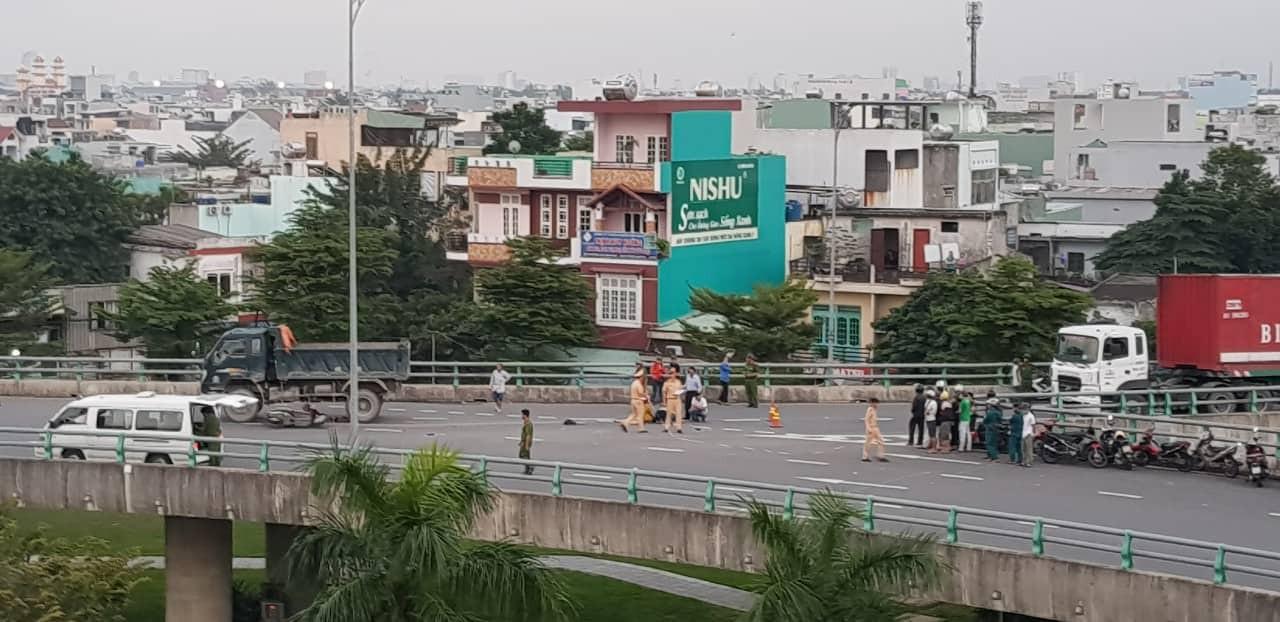 Người thân khóc ngất bên thi thể người phụ nữ chết thảm dưới gầm xe tải ở Đà Nẵng - Ảnh 4.