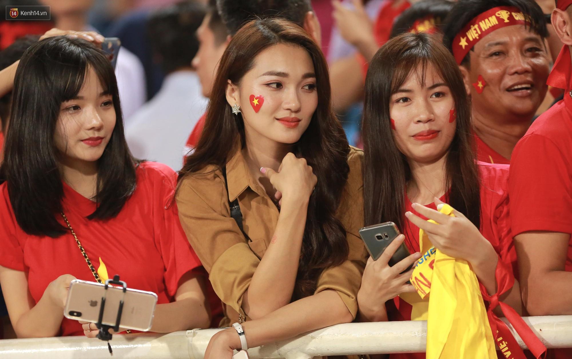 Tuyển Việt Nam thắng trận, hot girl Ngọc Nữ vẫy tay chào bạn trai tin đồn Văn Đức từ khán đài - Ảnh 1.