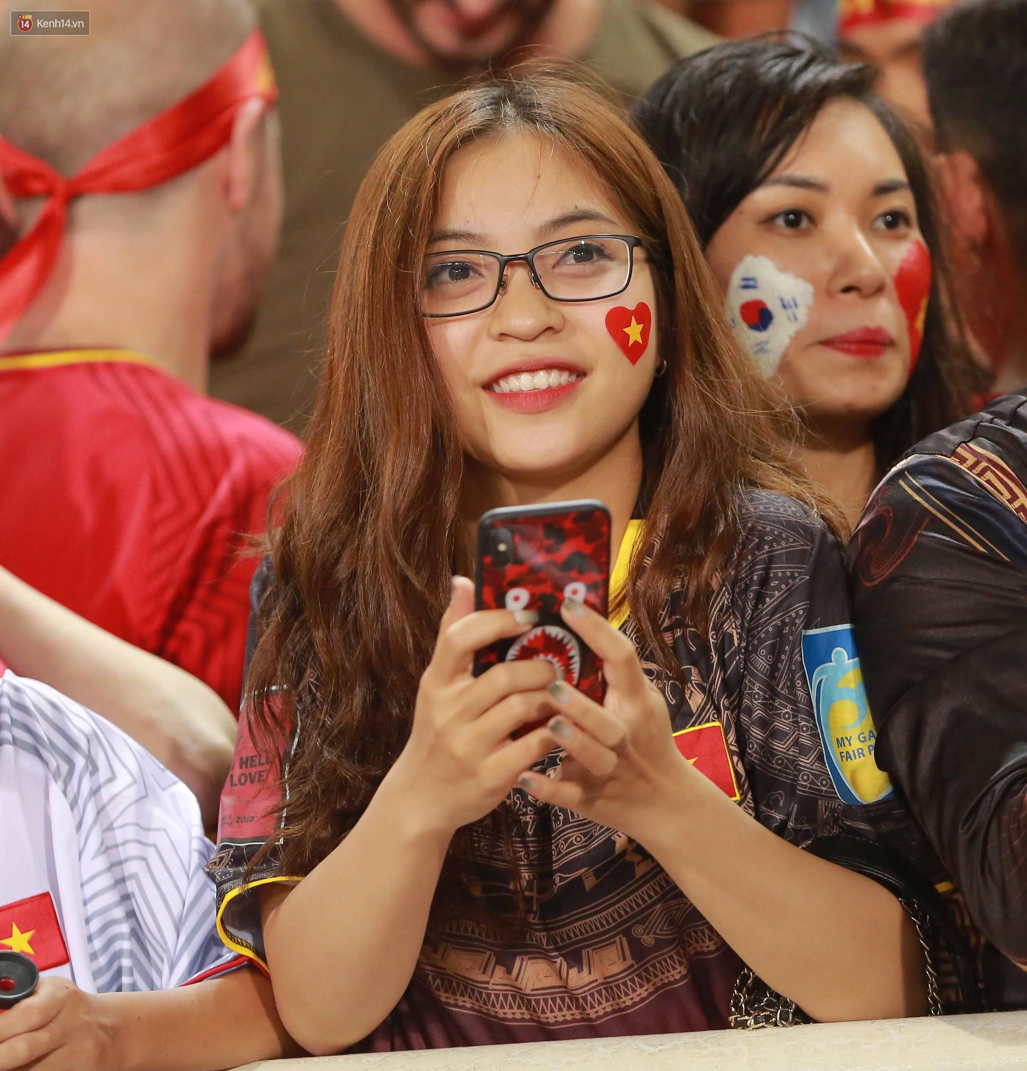 Tuyển Việt Nam thắng trận, hot girl Ngọc Nữ vẫy tay chào bạn trai tin đồn Văn Đức từ khán đài - Ảnh 8.