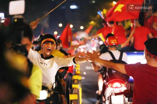 Sài Gòn gần gũi và đáng yêu sau trận thắng của đội tuyển Việt Nam: Chỉ chạm tay thôi cũng thấy vui rồi! - Ảnh 7.