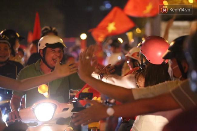 Sài Gòn gần gũi và đáng yêu sau trận thắng của đội tuyển Việt Nam: Chỉ chạm tay thôi cũng thấy vui rồi! - Ảnh 4.
