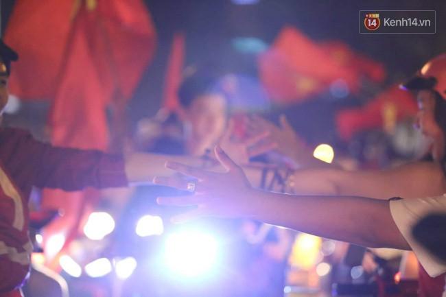 Sài Gòn gần gũi và đáng yêu sau trận thắng của đội tuyển Việt Nam: Chỉ chạm tay thôi cũng thấy vui rồi! - Ảnh 2.