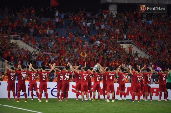 Clip: Khoảnh khắc tuyển Việt Nam ăn mừng kiểu Viking đầy xúc động sau chiến thắng ở trận bán kết lượt về - Ảnh 5.