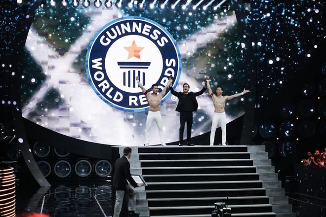 Anh em Quốc Cơ - Quốc Nghiệp kể lại giây phút căng thẳng đảm bảo tính mạng cho nhau hậu xác lập kỷ lục Guinness ở Ý - Ảnh 2.