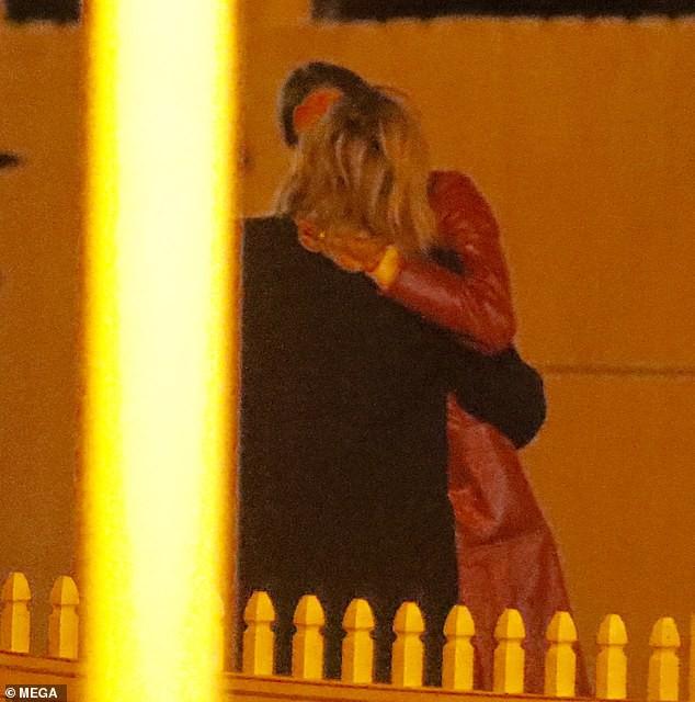 Hậu chia tay Brooklyn Beckham, Chloe Moretz hôn đồng giới với người mẫu nữ của tạp chí Playboy - Ảnh 2.