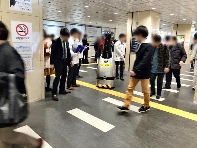 Gây xôn xao nhà ga Tokyo gần đây chính là chú robot tuần tra bụng bự này - Ảnh 1.
