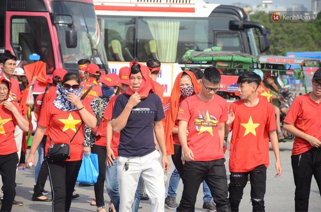 Chàng trai in hình HLV Park Hang-seo lên đầu, vượt gần 1.000km để cổ vũ đội tuyển Việt Nam tại SVĐ Mỹ Đình - Ảnh 1.