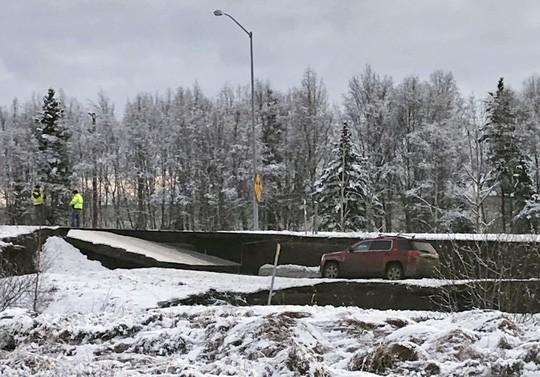 Mỹ: Đường sập tan nát do động đất, lấp lại như mới trong 4 ngày - Ảnh 1.