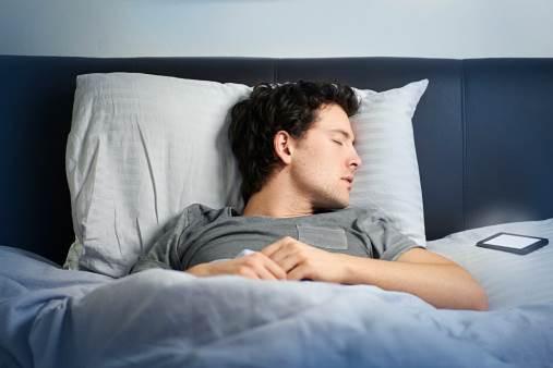 Để điện thoại cạnh người khi ngủ, cẩn thận mắc chứng tay nhanh hơn não nhắn tin vô thức như zombie - Ảnh 1.
