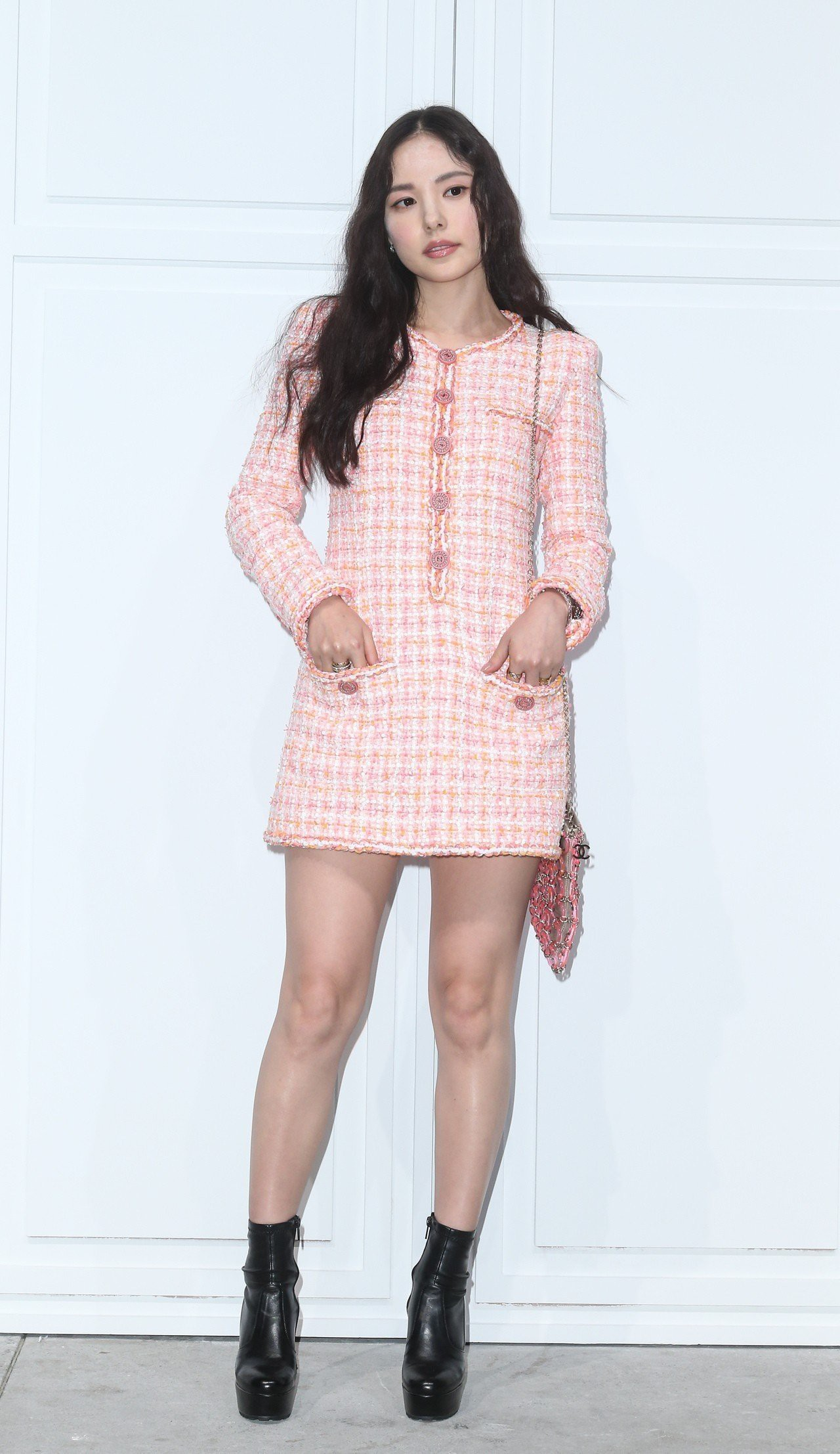 """Chân gầy hay béo mới là """"cực phẩm"""" khi diện váy ngắn: Rosé (Black Pink), Cổ Lực Na Trát và Min Hyo Rin sẽ khiến bạn khó nghĩ - Ảnh 6."""